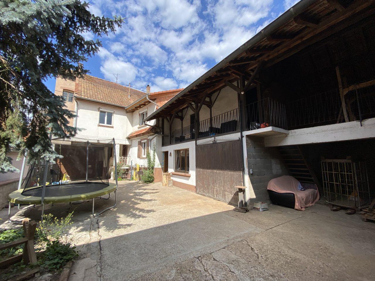A Forstheim, corps de ferme avec maison et dépendances sur 7 ares. Video disponible sur Youtube